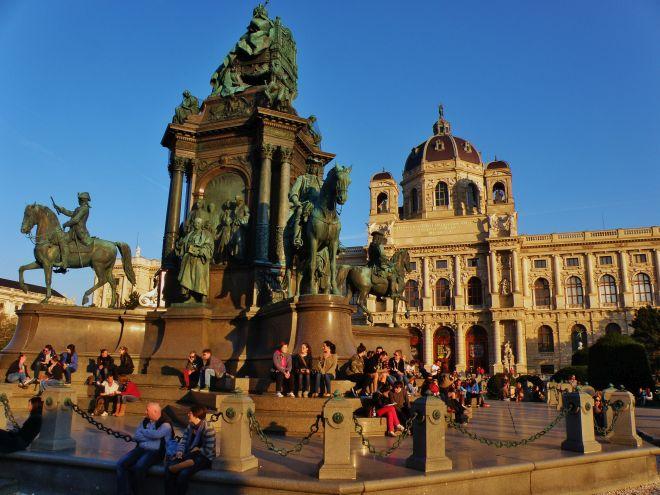 15_monumentalny_pomnik_marie_terezie_s_jej_najblizsimi_radcami_a_vojvodcami_pred_kulturno-historickym_muzeom_vo_viedni.jpg