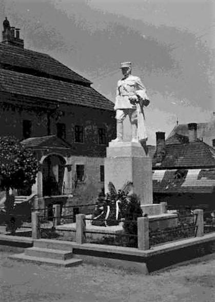 1_socha_mr._r._stefanilka_z_roku_1939_stala_medzi_radnicou_a_zvonicou.jpg