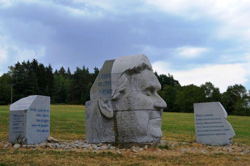4._socha_hlava_xxii_lipnice_nad_sazavou_-_hasek_autor_monumentu_sochar_radomir_dvorak.jpg