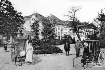 9_pie_infanteristi_cakaju_na_klientov_pred_hotelom_thermia_palace_rok_1930.jpg