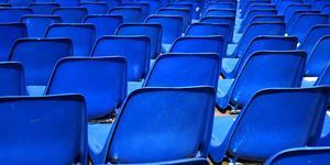 prazdne plasticke sedadla v hladisku-rykerstribe.jpg