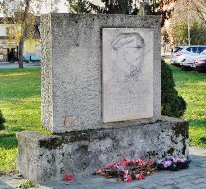 11_pomnik_ilju_dibrovu_v_starej_ture_s_pamatnou_tabulou_prenesenou_z_bratislavy.jpg