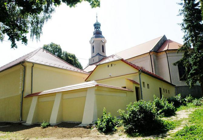 1_obnovena_evanjelicka_fara_a_kostol_na_kosariskach.jpg