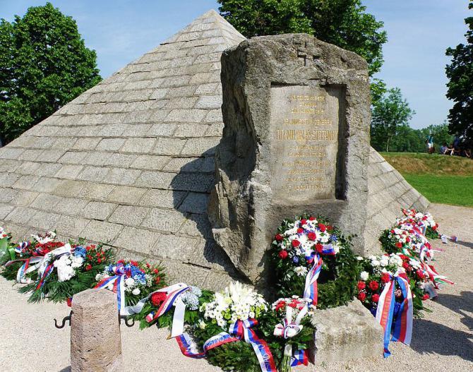 24_pomnik_na_mieste_skonu_m._r._stefanika_nedaleko_ivanky_pri_dunaji.jpg