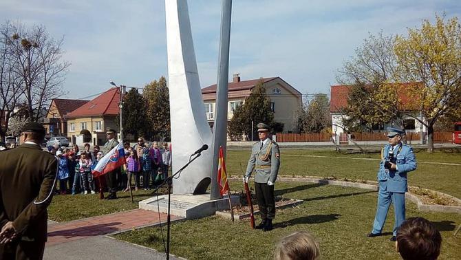 3a_pietny_akta_pri_pomniku_oslobodenia_vo_vajnoroch.jpg