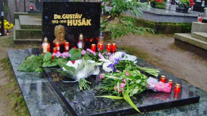 hrob_gustava_husaka_na_dubravskom_cintorine_10._1._2018_foto_anna_schmidtova.jpg