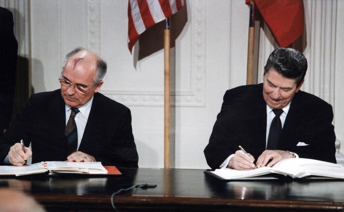 ronald-reagan-a-michail-gorbacov-podpisuju-zmluvu.jpg