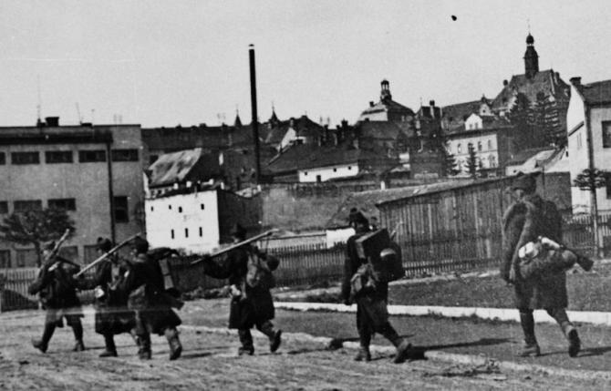 rumunski_vojaci_pocas_oslobodzovania_banskej_bystrice_april_1945.jpg