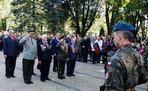 11_brigadny_general_jan_ilanovsky_druhy_sprava_pri_pietnom_akte_pred_pomnikom_cs._vojakom_v_nowosielciach_2._600x372.jpg