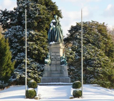 11_maria_terezia_zakladatelka_vojenskej_akademie_v_roku_1751_socha_na_namesti_pomenovanom_podla_rakuskej_panovnicky.jpg