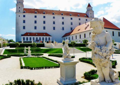 14_na_severnej_terase_hradu_kde_sa_robili_archeologicke_vykopavky_je_teraz_barokova_zahrada._670x475.jpg