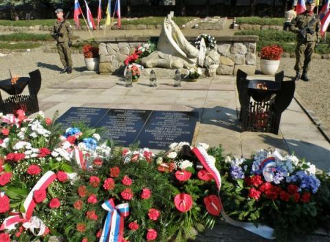 15_pomnik_ceskoslovenskym_a_sovietskym_vojakom_na_vojenskom_cintorine_v_polskej_dukle._600x440.jpg