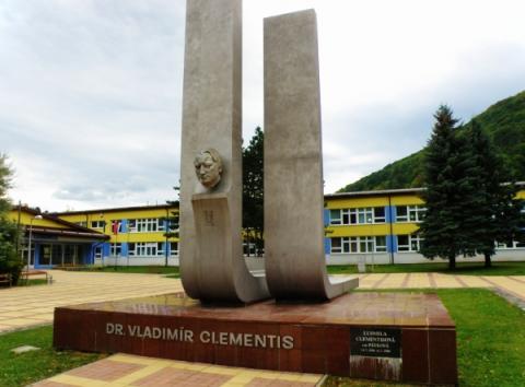 17_pomnik_a_zs_dr._v._clementisa_vpravo_je_vlozena_urna_s_popollom_clementisovej_manzelky_lidy.jpg