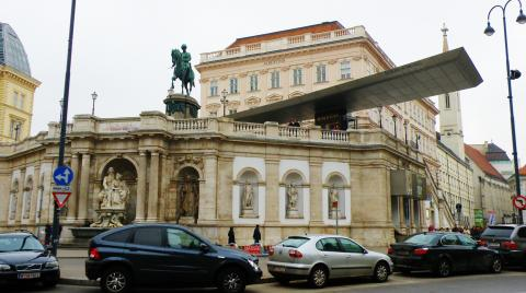 1_palac_albertina_na_rovnomennom_namesti_nedaleko_viedenskej_opery.jpg