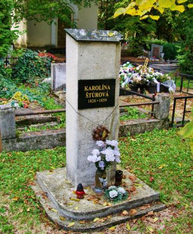20_symbolicky_nahrobny_pomnik_karoliony_sturovej_v_lucenci.jpg
