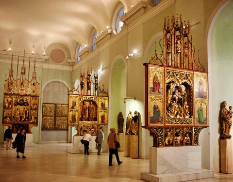 2_goticke_oltary_zvacsa_zo_slovenska_vo_velkej_sale_madarskej_narodnej_galerie_na_budine.jpg