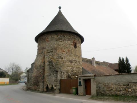 2_mestske_hradby_dal_postavit_cesky_kral_premysl_otakar_ii._v_roku_1268.jpg