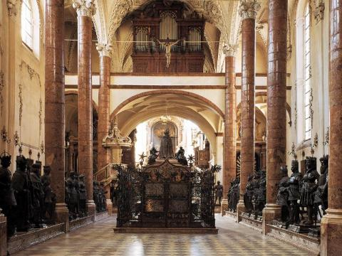 4_prazdny_hrob_maximiliana_i._v_hofkirche_innsbruck.jpg