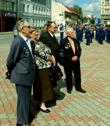 4_ruski_veterani_jurij_kolonec_vlavo_a_alexander_kozin_vpravo_so_slovenskymi_hostitelmi_na_oslavach_snp_vo_zvolene.jpg