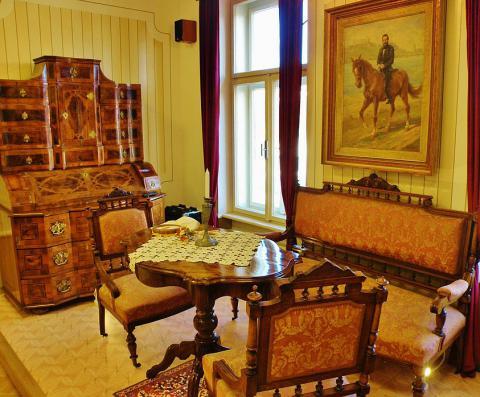 4_zakutie_s_dobovym_nabytkom_a_sutovym_obrazom_na_poschodi_budovy_muzea_ludovita_stura_v_modre.jpg
