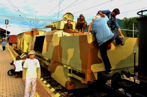 5_vela_zvedavcov_vsetkych_generacii_obliehali_aj_zrekonstruovany_pancierovy_vlak_stefanik_pristaveny_na_bystrickej_zeleznicnej_stanici.jpg