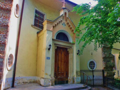 6_vchod_do_kostola_notre_dame_v_bratislave_ktory_sa_nepodarilo_postavit_podla_povodnych_planov.jpg