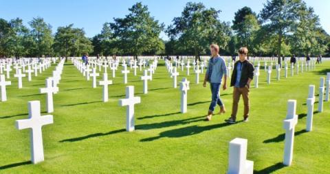 7_medzi_americkymi_vojakmi_krestanmi_boli_sem-tam_aj_zidia_ich_hroby_zdobia_davidove_sestcipe_hviezdy.jpg