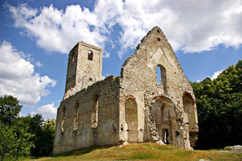 7_ruiny_kostola_v_byvalom_klastore_sv._katariny_tzv._katarinka_v_malokarpatskych_lesoch_pri_trnave.jpg