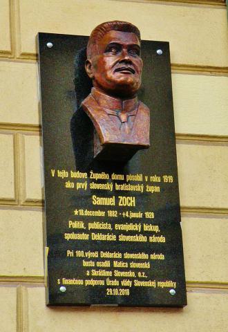 8_pamatnu_tabulu_s_bustou_autora_deklaracie_slovenskeho_naroda_samuela_zocha_odhalili_na_prieceli_starej_budovy_snr.jpg