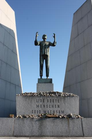 8_pomnik_ceskoslovenskym_veznum_v_koncentracnim_tabore_odhaleny_v_roce_1959_v_mauthausenu_od_byvaleho_mauthausenskeho_vezne_sochare_antonina_nykla.jpg