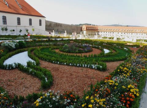 9_znovu_postavena_kryta_jazdiaren_a_barokova_zahrada_francuzskeho_typu_na_severnej_terase_bratislavskeho_hradu._660x488.jpg