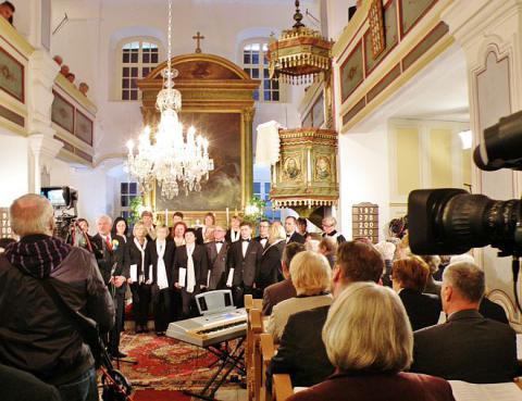 na_spomienkovej_slavnosti_v_hlbockom_kostole_sa_predstavil_aj_komorny_spevacky_zbor_ecav_senica.jpg