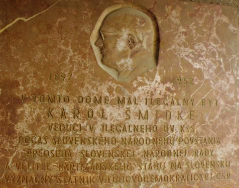 pamatna_tabula_k._smedkemu_na_dostojevskeho_rade_c._1_kde_mal_ilegalny_byt_az_do_februara_1945._autor_sochar_vojtech_remen_1964.jpg