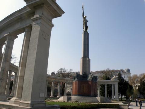 pomnik_cervenej_armade_pred_schwarzenberskym_palacom_aj_so_sochou_vojaka_a_tzv._kralujucou_zastavou_nad_viednou.jpg
