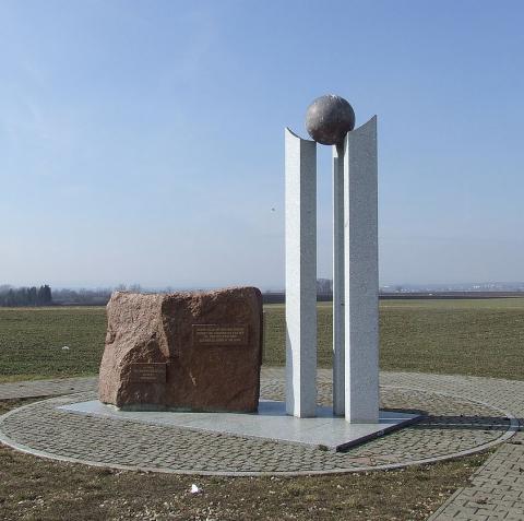 pomnik_troch_cisarov_nad_zbysovom_2.jpg