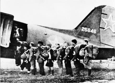 povstalci_nastupuju_do_sovietskeho_lietadla_1944.jpg