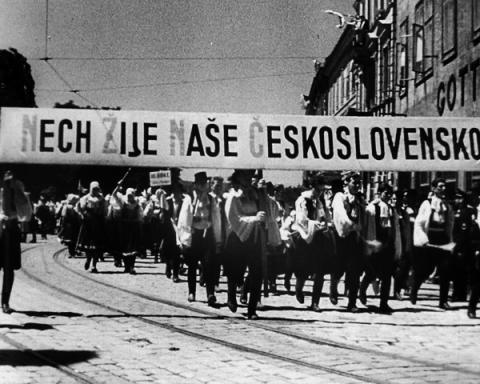 velka_demonstracia_v_bratislave_za_jednotne_ceskoslovensko_svatodusne_sviatky_6._juna_1938.jpg