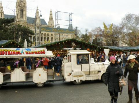 vianocny_vlacik_na_radnicnom_namesti_vo_viedni.jpg