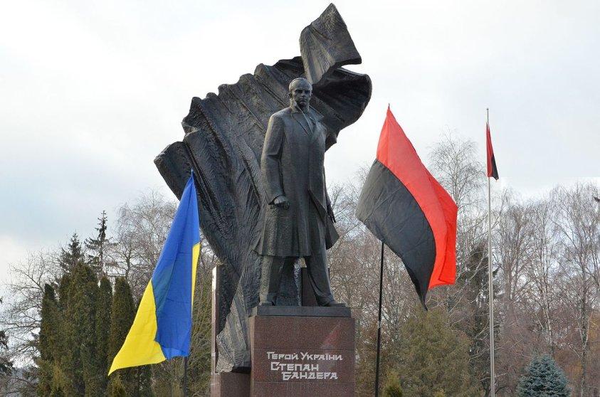 ternopil_-_pamyatnik_stepanovi_banderi.jpg