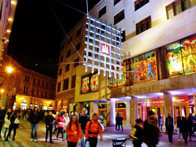 viacero_audiovizualnych_projektov_bolo_aj_na_mimoriadne_zivej_laurinskej_ulici_pri_mestskom_dpoh._670x503.jpg